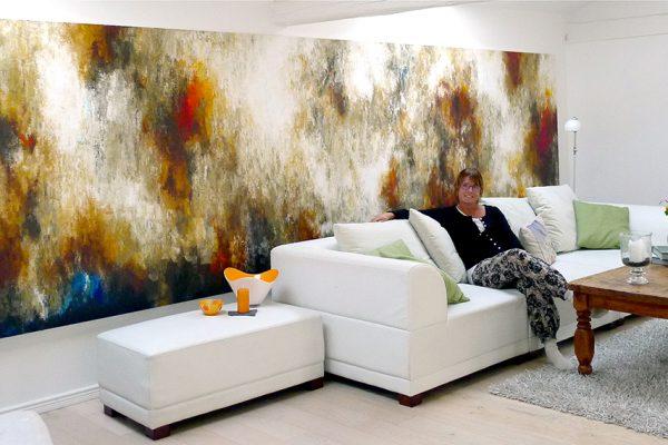Charlotte og hendes store maleri på 5x1,5 meter